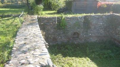 Castrele romane de la Insula Banului (com. Gura Văii, j. Mehedinţi) și  Izvoarele (j. Mehedinţi).