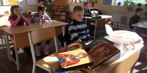 Copii care pictează icoane pentru alți copii!
