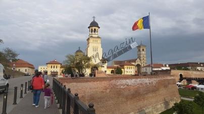 Emoționant! Sute de credincioși din Moldova au venit cu steaguri tricolore la Catedrala Reîntregirii Neamului