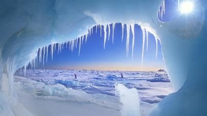 Iceberg gigantic la un pas de separare de o banchiză din Antarctica
