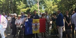 """Susținători ai """"Monarhiei Constituționale"""" au participat la pomenirea de un an a Reginei Ana, la Curtea de Argeş!"""