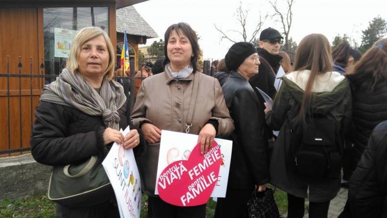 Românii dintr-un sat din Vrancea pun mână de la mână pentru a le dărui copiilor dintr-un sat din Covasna costume naționale. Iubesc poporul român!
