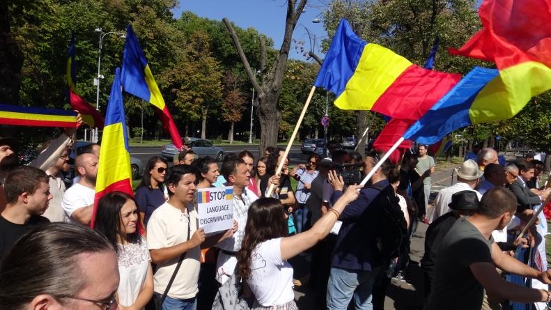 Protest la Ambasada Ucrainei. Salvați școlile românești din Ucraina! Românii sunt solidari cu cei 500 000 de conaționali, în fața ambasadei Ucrainei din București! / Video