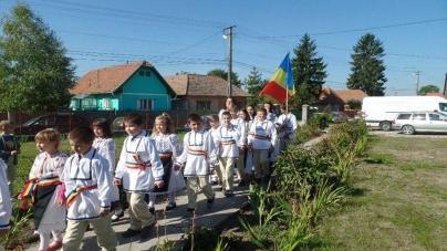 """De """"Acoperământul Maicii Domnului"""" la Ozun, jud. Covasna, 40 de copii au primit straie naționale!"""