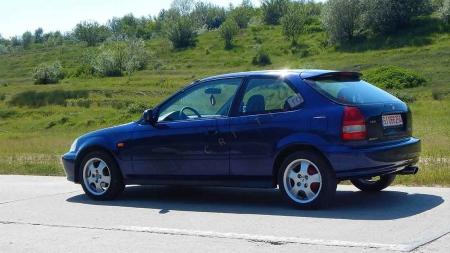De astăzi, șoferii care folosesc telefonul sau transmit LIVE-uri pe Facebook în timp ce conduc pot primi AMENZI!
