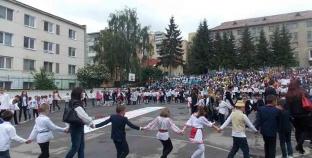 Tinerii care răspund Prezent în fața Voievozilor și Eroilor Neamului Românesc.
