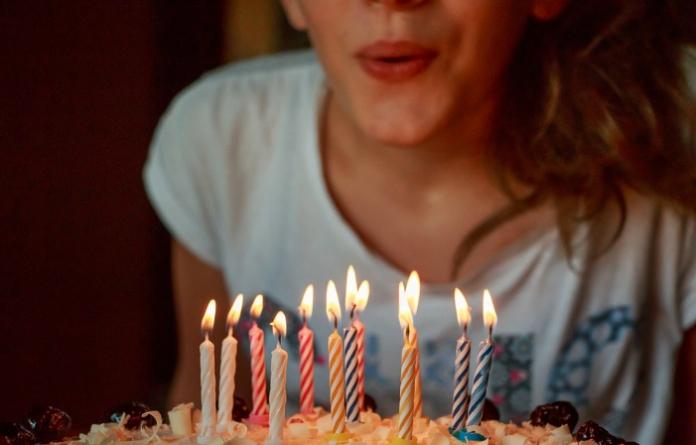 Originea tradiţiei de a sufla în lumânări la ziua de naştere
