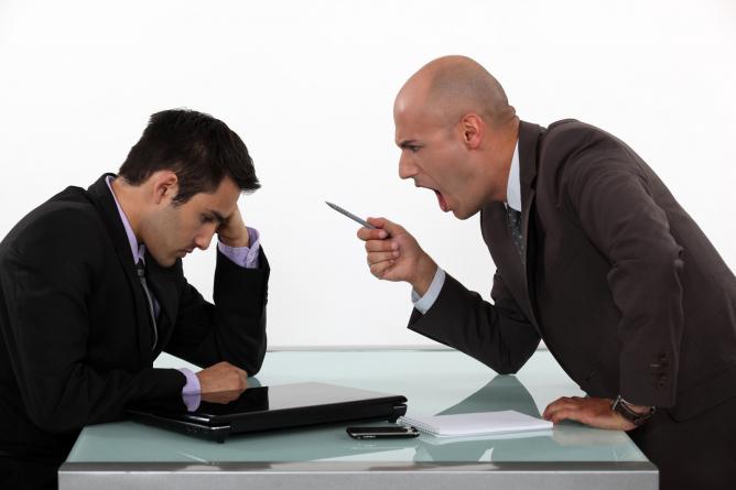 Hărțuirea morală la locul de muncă se va pedepsi cu amendă de până la 15.000 lei: lege adoptată de Camera Deputaților
