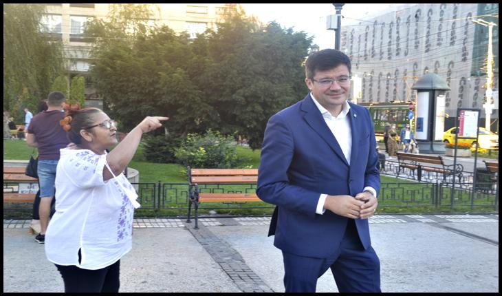 """Costel Alexe, fugărit de o bătrână din Piața Unirii din Iași: """"Mincinosule, cum poți spune că nu se taie ilegal lemn din România?"""", Foto: © Fandel Mihai"""