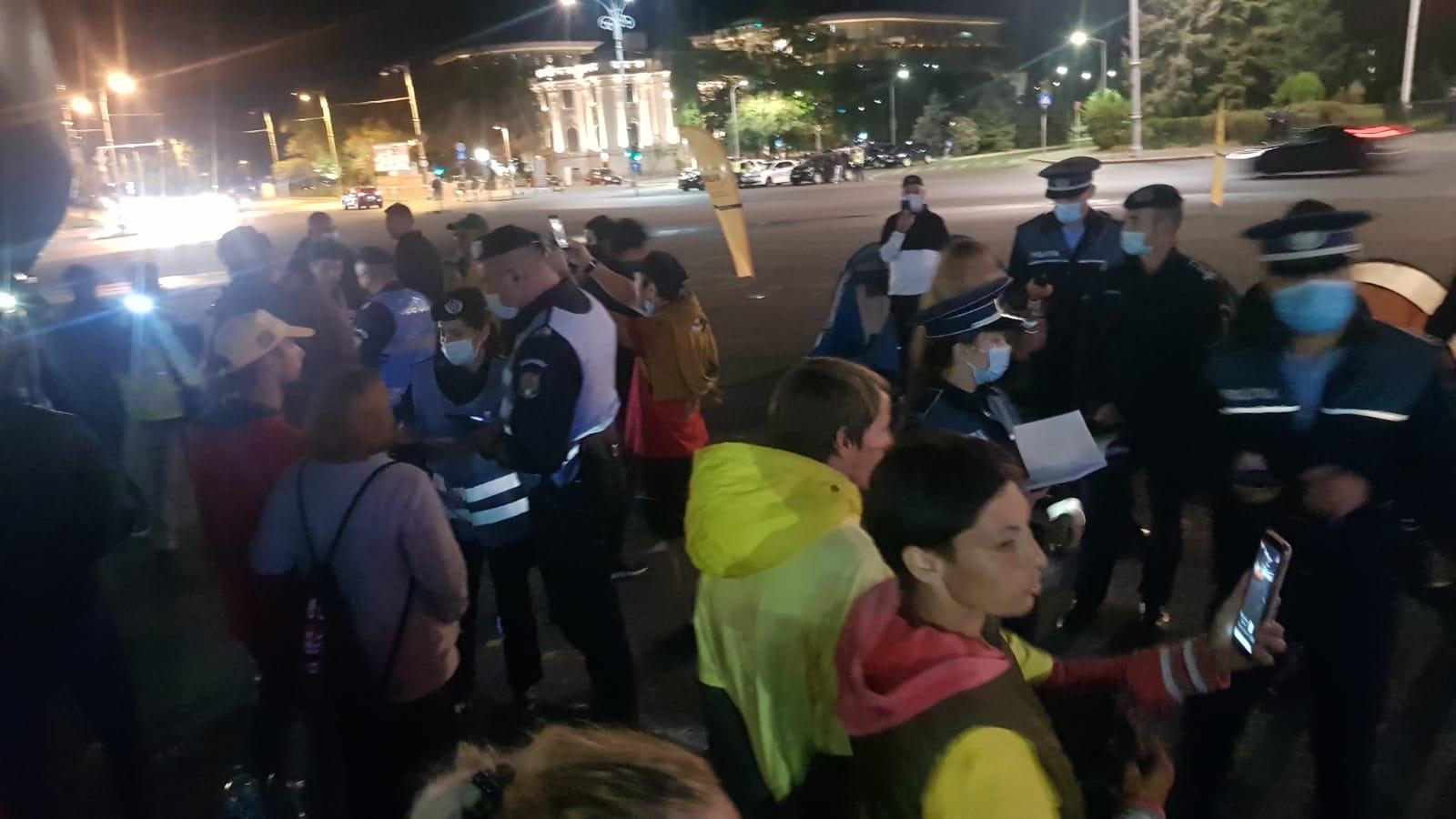 Zeci de forțe de ordine au înconjurat la miezul nopții autocarul AUR din Piața Victoriei și au descins pentru un control, fără mandat, fără dispoziție și fără a se legitima